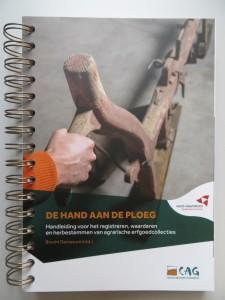 de_hand_aan_ploeg_cover (002)